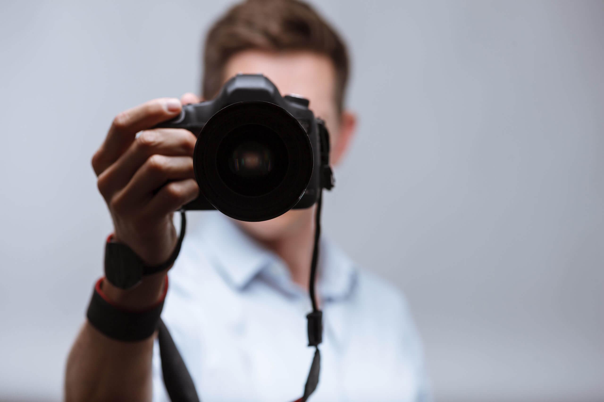 Kamera mit Mann im Hintergrund